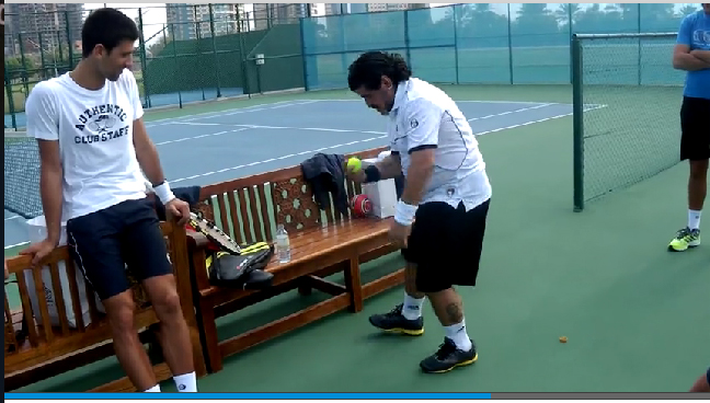 Maradona donne une leçon de jongles à Novak Djokovic