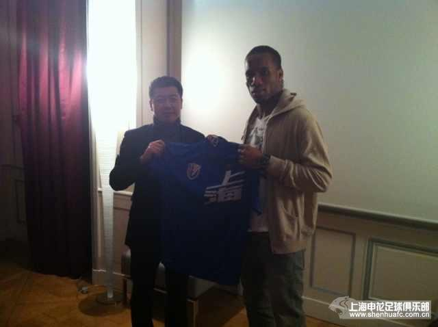 Drogba dévoile son nouveau maillot du Shangai Shenhua FC