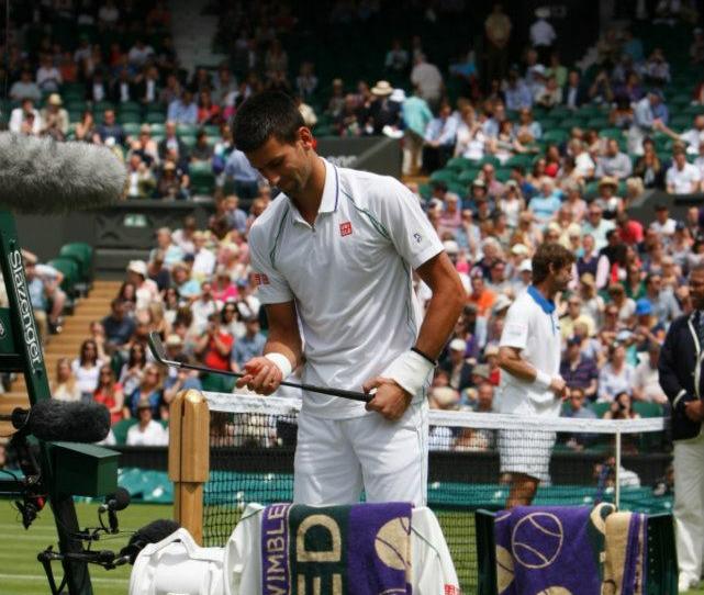 Wimbledon 2012 : Novak Djokovic débarque sur le court avec un club de golf