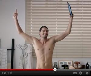 Camille Lacourt nu dans une publicité italienne pour Edison