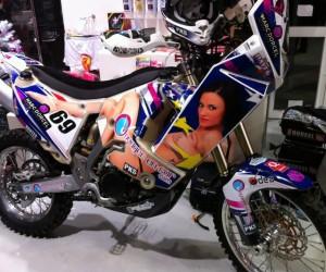 Dakar 2013 – Découvrez la nouvelle moto sexy du dossard 69 aux couleurs d'une actrice Marc Dorcel