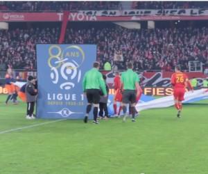 De faux joueurs du RC Lens débarquent sur la pelouse de Valenciennes pour un happening magistral de Prévoir Assurances