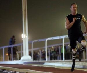 Oscar Pistorius défie un cheval au Qatar