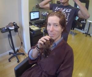 Shaun White coupe ses longs cheveux roux pour la bonne cause