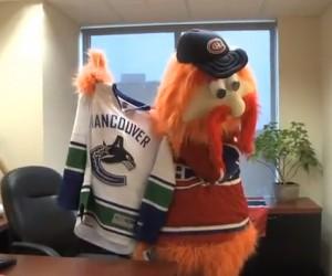 La mascotte des Canadiens pose avec le maillot des Canucks suite au défi Movember lancé sur Twitter