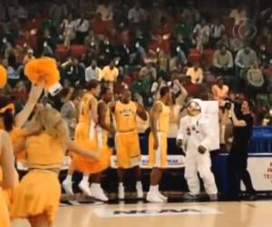 L'astronaute AXE est de retour sur les parquets de basket (March Madness Commercial)