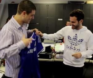 Chelsea FC : Juan Mata livre le nouveau maillot 2013/2014 à un fan sur son lieu de travail
