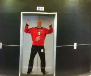 Les joueurs du PSG Handball s'affichent dans les locaux de Gfi Informatique, sponsor maillot du club