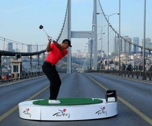 Tiger Woods envoi une balle de l'Asie vers l'Europe depuis le Pont du Bosphore à Istanbul (vidéo)