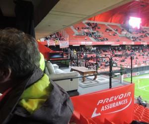 Prévoir Assurances installe le salon d'un Fan du VAFC dans les tribunes du stade du Hainaut