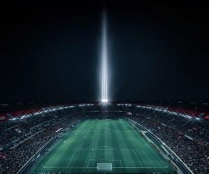 PSG – OM : Un phare lumineux interactif #ICICESTPARIS installé sur le toit du Parc des Princes