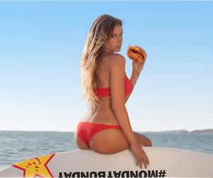 La surfeuse Anastasia Ashley fait la promotion de la chaîne de fast food Carl's JR.