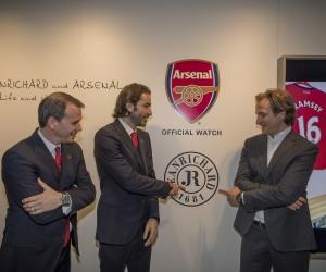 Robert Pirès et JEANRICHARD présentent les deux montres aux couleurs d'Arsenal