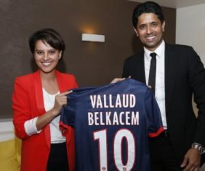 Najat Vallaud-Belkacem reçoit un maillot du PSG floqué à son nom par Nasser Al-Khalaïfi