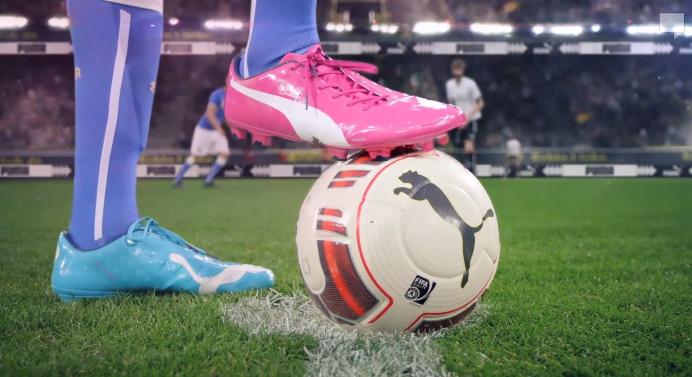 acheter en ligne f6e4e 06f83 Une chaussure bleue au pied gauche et une chaussure rose au ...