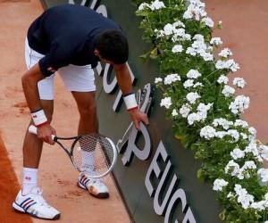 Novak Djokovic fait parler de son sponsor Peugeot sur le court lors de son match contre Raonic à Roland-Garros
