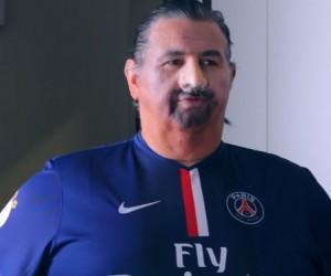 Pierre Ménès déguisé en Zlatan Ibrahimovic pour la promotion de FIFA 15