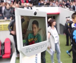 """Des enfants malades plongent dans les coulisses d'un match de rugby à l'Allianz Riviera en pilotant le robot """"InsideBot"""" depuis l'hôpital"""