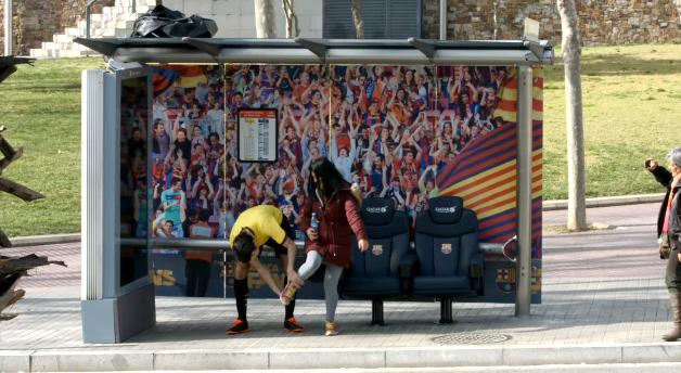 banc FC Barcelone arrêt de bus caméra caché