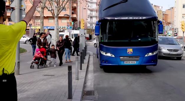 bus FC Barcelone arrêt de bus caméra cachée
