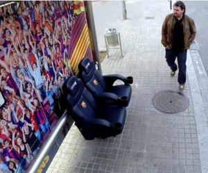 Le FC Barcelone installe son banc des remplaçants dans un arrêt de bus et surpend les passants dans une caméra cachée