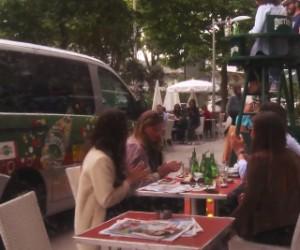 Perrier «kidnappe» 19 personnes à la terrasse d'un café pour les emmener à Roland-Garros