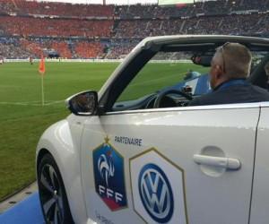 Volkswagen gare une Coccinelle Cabriolet avec 2 Fans à bord sur la pelouse du Stade de France pour France – Belgique