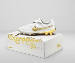 Nike célèbre les dix ans de la 1ère vidéo à 1M de vues sur YouTube avec une chaussure en or «Ronaldinho»