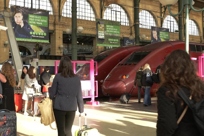 Pierre Ménès campagne affichage Unibet gare