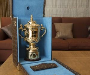 Le trophée de la Coupe du Monde de Rugby par John Eales et l'actrice japonaise Tao Okamoto