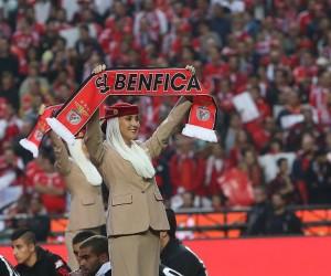 Des hôtesses de l'air Emirates inventent les nouvelles consignes de sécurité pour les fans du Benfica Lisbonne présents au stade
