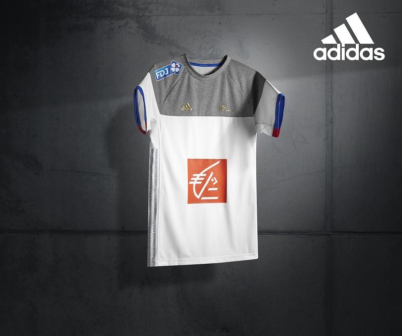 Adidas d voile les maillots de l 39 equipe de france de for Maillot exterieur equipe de france