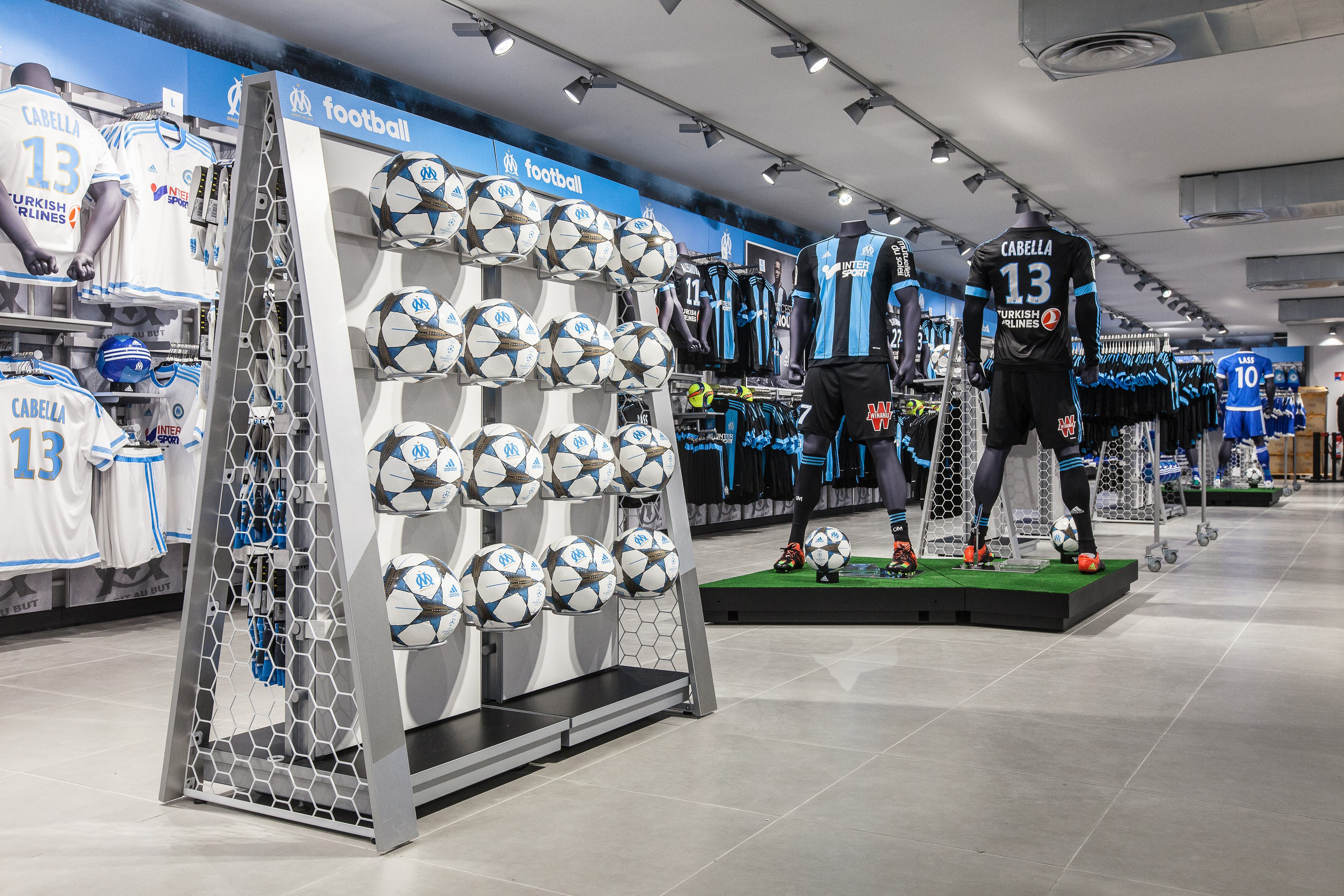 comment la nouvelle boutique officielle de l 39 om doit tirer les revenus du club et d 39 adidas vers. Black Bedroom Furniture Sets. Home Design Ideas