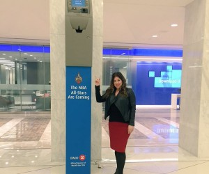 La banque BMO célèbre l'arrivée du NBA All Star Game à Toronto avec un guichet automatique géant !