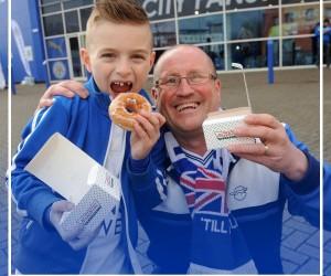 Quand le patron milliardaire de Leicester City offre la bière et les donuts à ses fans