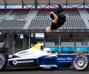 La Formula E joue la carte du buzz avec une cascade complètement folle, un salto arrière au dessus d'une monoplace lancée à 97 km/h