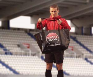 Antoine Griezmann vide son sac pour Sport 2000 avant le coup d'envoi de l'Euro 2016