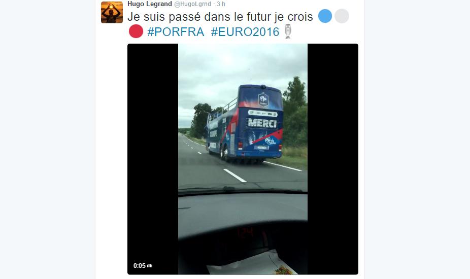 Le bus du triomphe des Bleus repéré sur la route