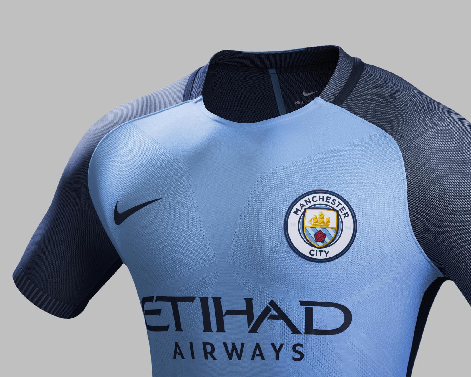 Nouveau Maillot domicile de Manchester City arborant le