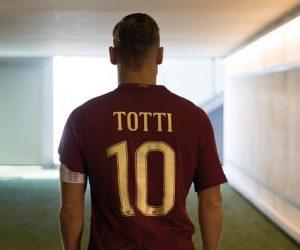 Totti présente le maillot collector Nike de l'AS Roma pour le derby contre la Lazio