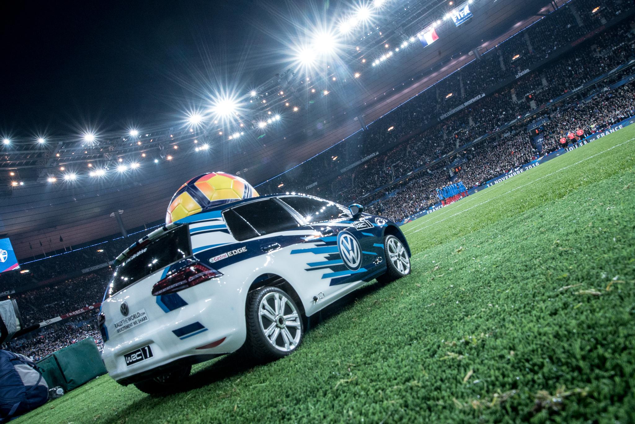 volkswagen-voiture-telecommandee-france-suede-ballon-du-match-foot
