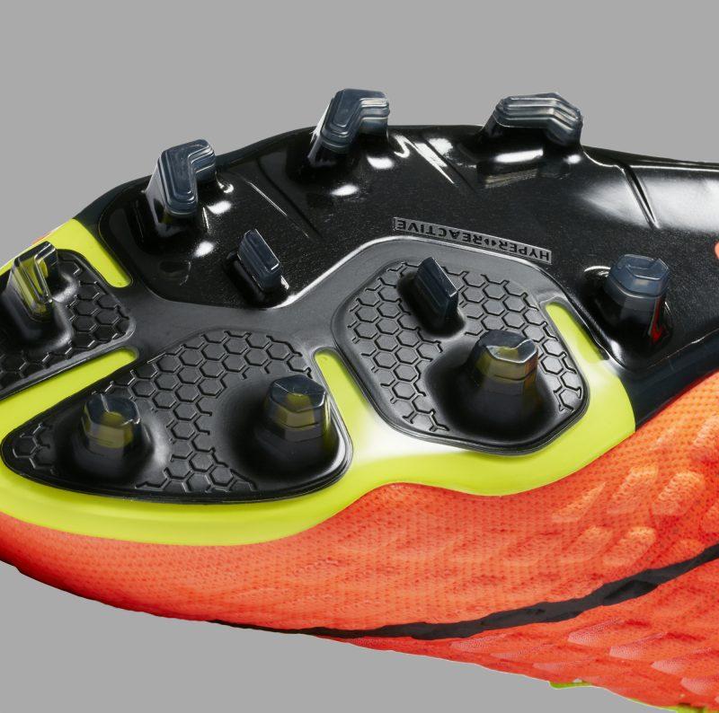 huge selection of 7c5ad ef5f3 Afin d offrir un ajustement sur mesure, la Hypervenom III est dotée de trois  mètres de câbles Nike Flywire (la précédente Hypervenom disposait d un seul  ...