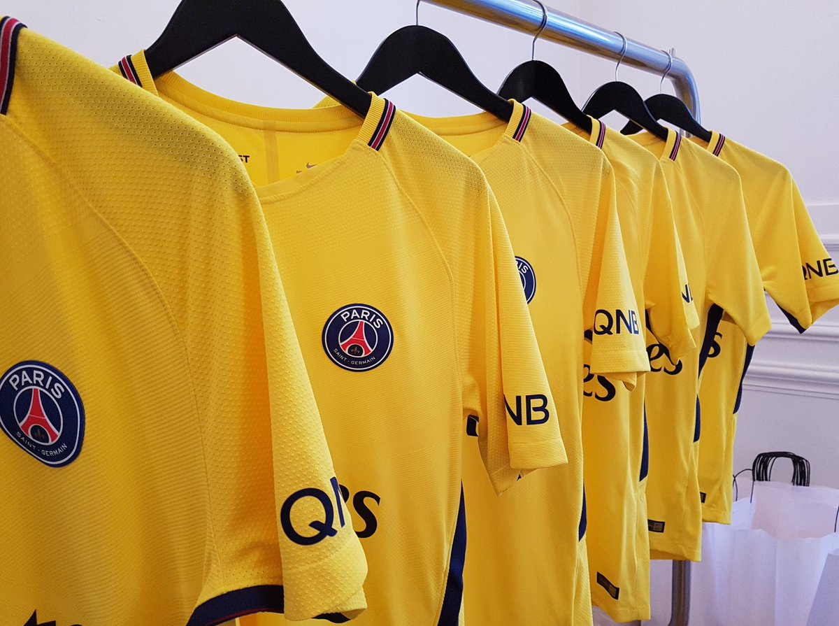 nike et le psg d voilent officiellement le maillot jaune ext rieur 2017 2018. Black Bedroom Furniture Sets. Home Design Ideas