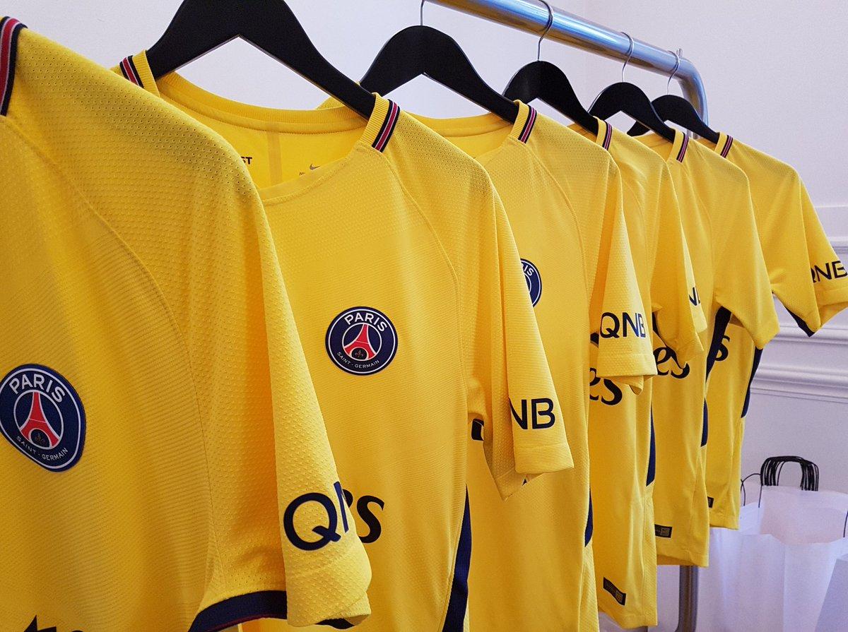nike et le psg d voilent officiellement le maillot jaune ext rieur 2017 2018. Black Bedroom Furniture Sets. Home Design Ideas