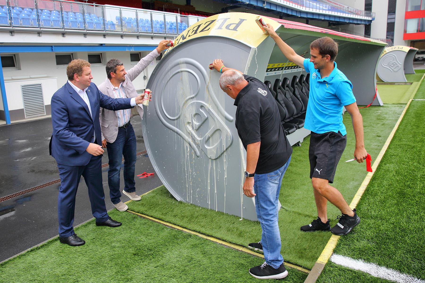 Football. Quand un banc de touche se transforme en... canette de bière