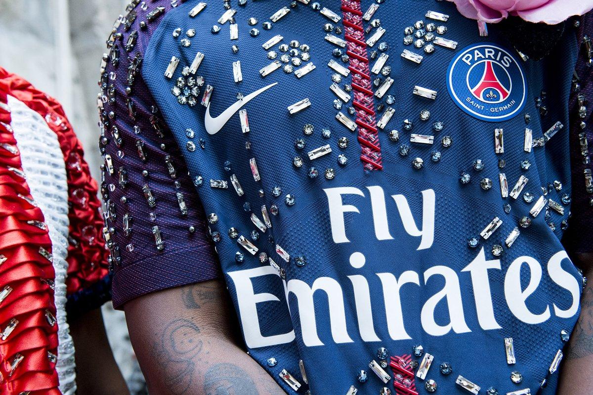 Les maillots du PSG s'invitent à la Fashion Week dans le défilé KOCHÉ -  SportBuzzBusiness.fr