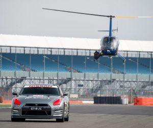 Une Nissan GT-R pilotée à l'aide d'une manette de PlayStation