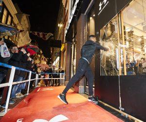 Inauguration «fracassante» du premier magasin européen d'Under Armour à Amsterdam avec le boxeur Anthony Joshua