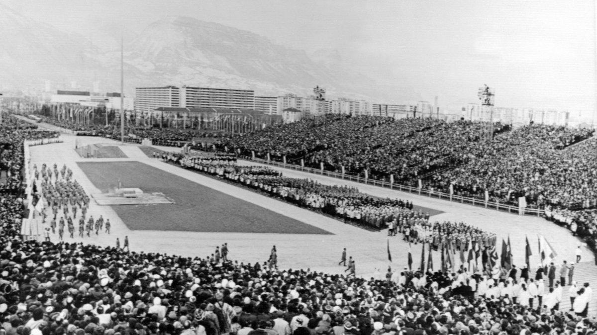 la torche olympique des jo de grenoble 1968 vendue 202 240 aux ench res. Black Bedroom Furniture Sets. Home Design Ideas