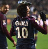 La célébration de Neymar avec sa chaussure Nike sur la tête : coup de folie, hommage ou coup de pub ?